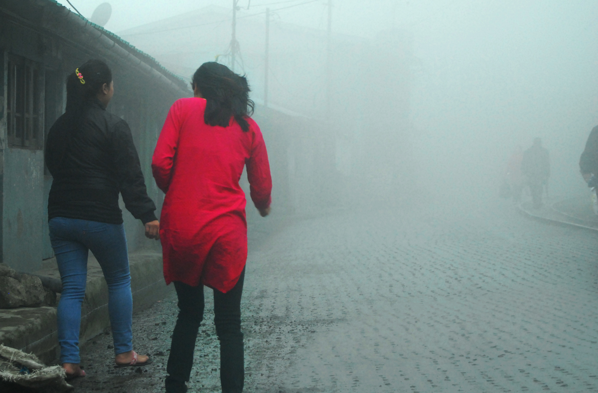 Darjeeling, Pink, Mist, WIndy, Morning, Mahesh Patil, Street, Lady,