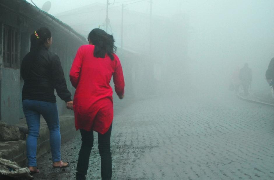 Darjeeling, Pink, Mist, WIndy, Morning, Mahesh Patil, Street, Lady,